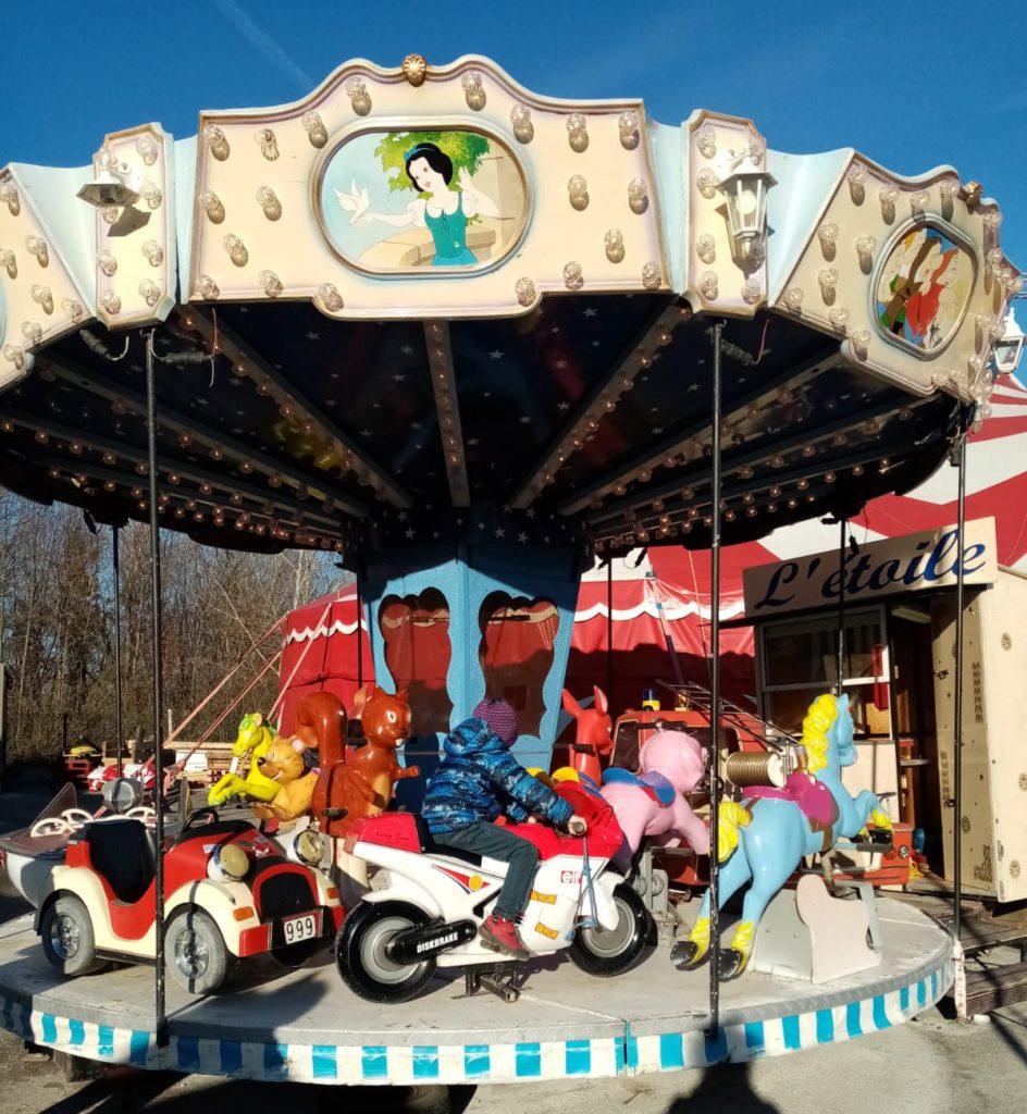 Marché de la Seiche : le manège du Kiddy Park. Pour petits ... et grands enfants.