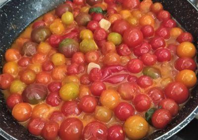 cuisson des tomates du jardin de l'Italie gourmande - marché de la Seiche - Sevrier