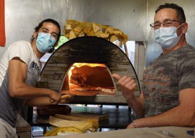 Les pizzaïolo au four à pizza. Piccolina Sicilia, marché de la Seiche à Sevrier