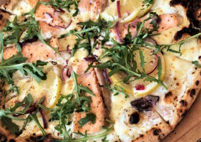 Pizza Pizza Salmone par Piccolina Sicilia, marché de la Seiche à Sevrier