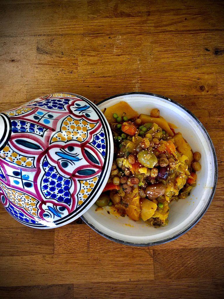Tajine au poulet, pruneaux, amandes raisins, figues et noix.L'Étoile d'Agadir - cuisine orientale. marché de la Seiche, Sevrier