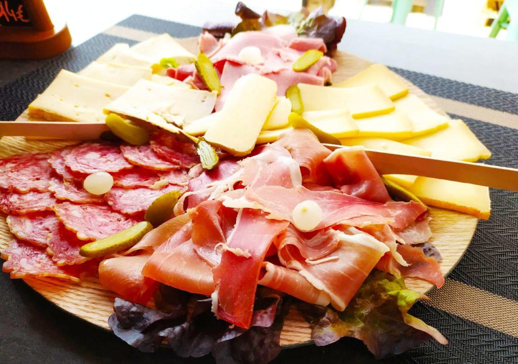 Assiette savoyarde, charcuterie fromage par le stand-restaurant Savoyméricain. La Seiche, Sevrier