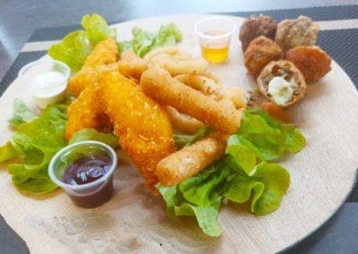 Assortiment apéritif, Tenders, onions rings et stick mozzarella. stand-restaurant Le Savoyméricain. La Seiche, Sevrier