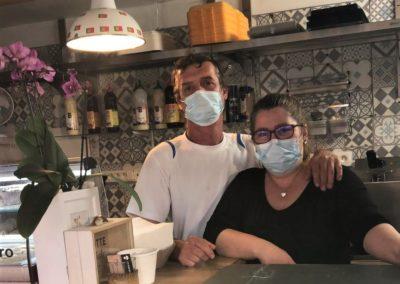 Equipe de Saveurs de chez nous. Stand-restaurant portugais, le marché de la Seiche, Sevrier