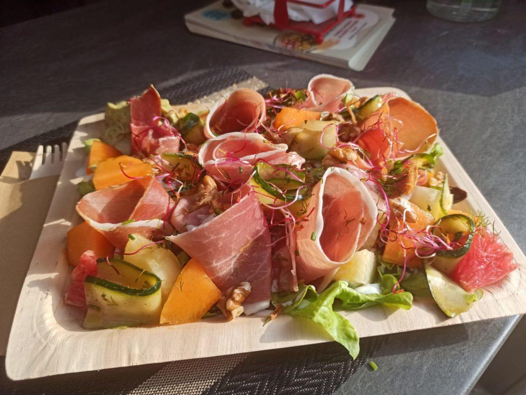 Salade composée grand format chez le Savoyméricain. Marché de la Seiche, Sevrier