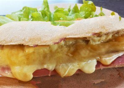 Sandwich Savoyard à la raclette au lait cru des Fermes de Serraval. stand-restaurant Le Savoyméricain. marché de la Seiche, Sevrier