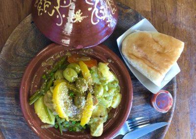 Tajine poulet, olives, pommes de terre et citron confit. par l'étoile d'Agadir. cuisine orientale. marché de la Seiche, Sevrier