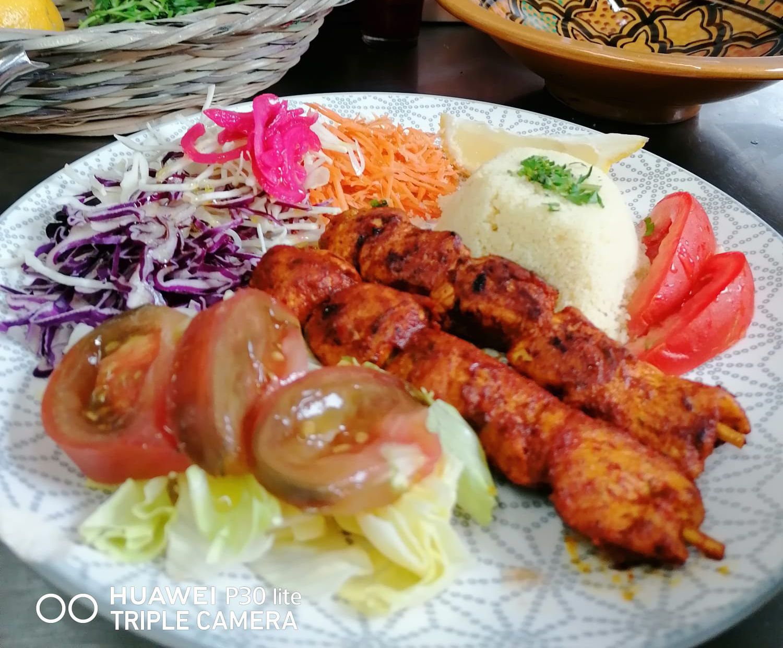 Salade orientale - brochettes poulet  par l'étoile d'Agadir. cuisine orientale. marché de la Seiche, Sevrier