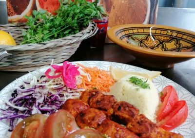 Salade orientale et brochettes depoulet à la mexicaine par l'étoile d'Agadir. cuisine orientale. marché de la Seiche, Sevrier